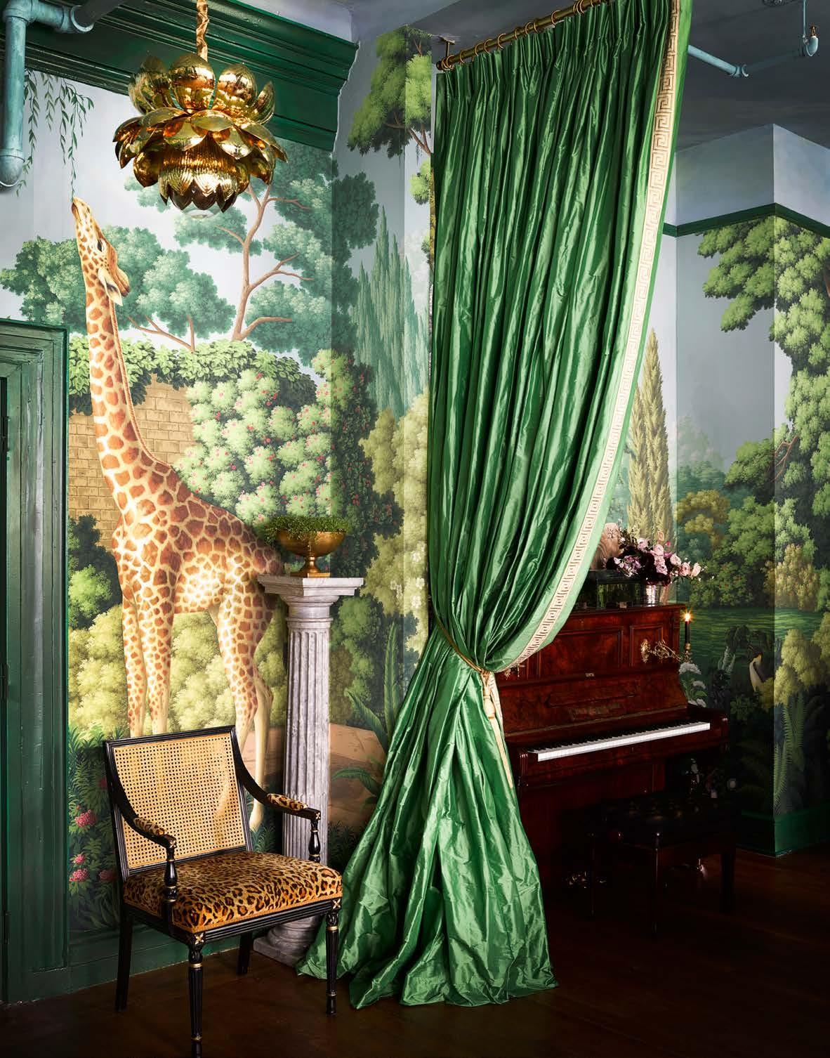 Шторы и обои De Gournay – Madame's Magical Menagerie