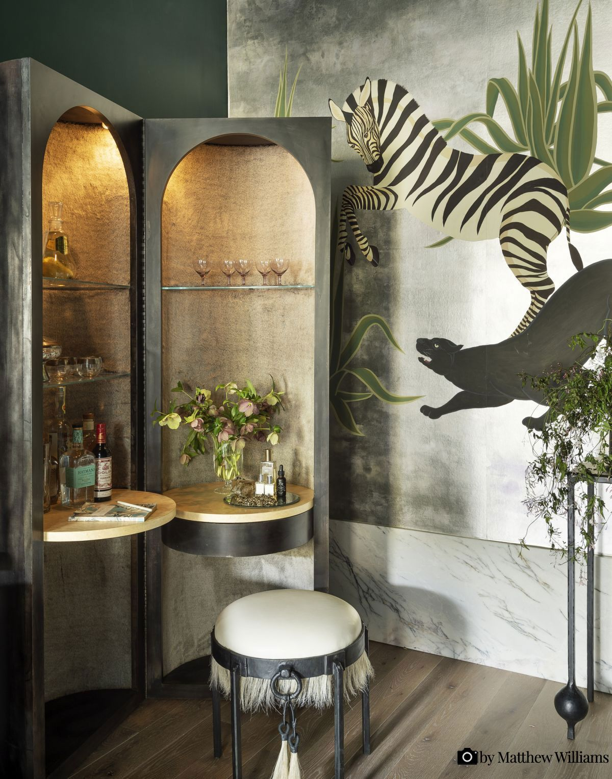 Tapet - de Gournay 'The Hunt' hand painted wallpaper. Interior by Studio DB. Photo by Matthew Williams